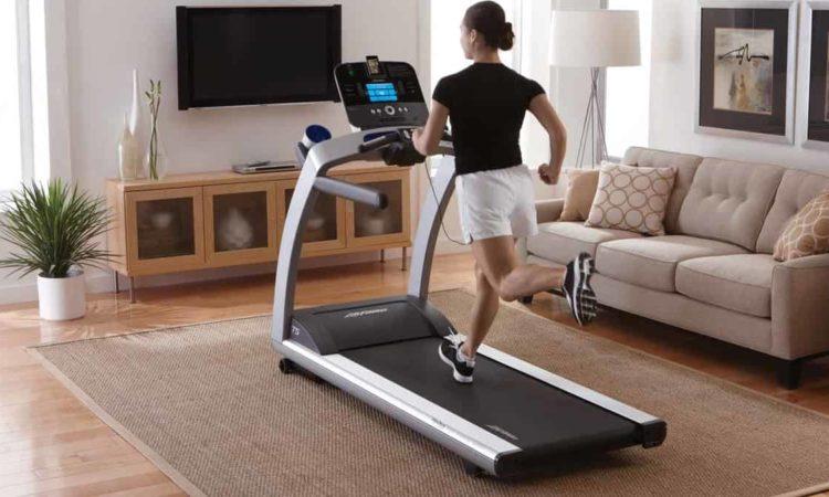 mulher fazendo exercício com esteira ergométrica
