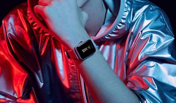 homem fashion e smartwatch