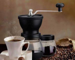 moedor de café manual, grão de café, copo