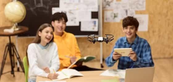 um grupo de estudante testando drone