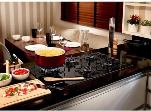 cozinha com fogão, panela