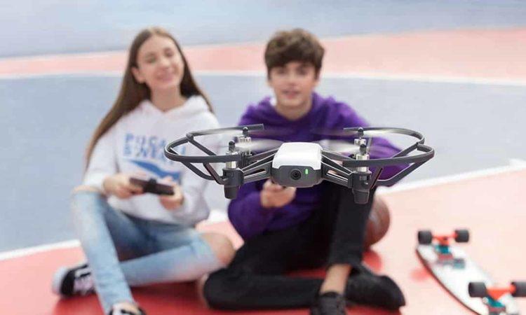 melhor drone dji, duas pessoas pilotando drone