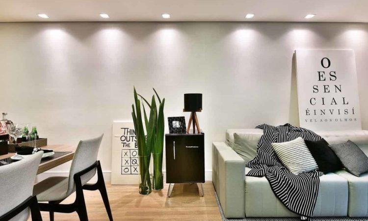 uma sala de estar com sofá, frigobar brastemp