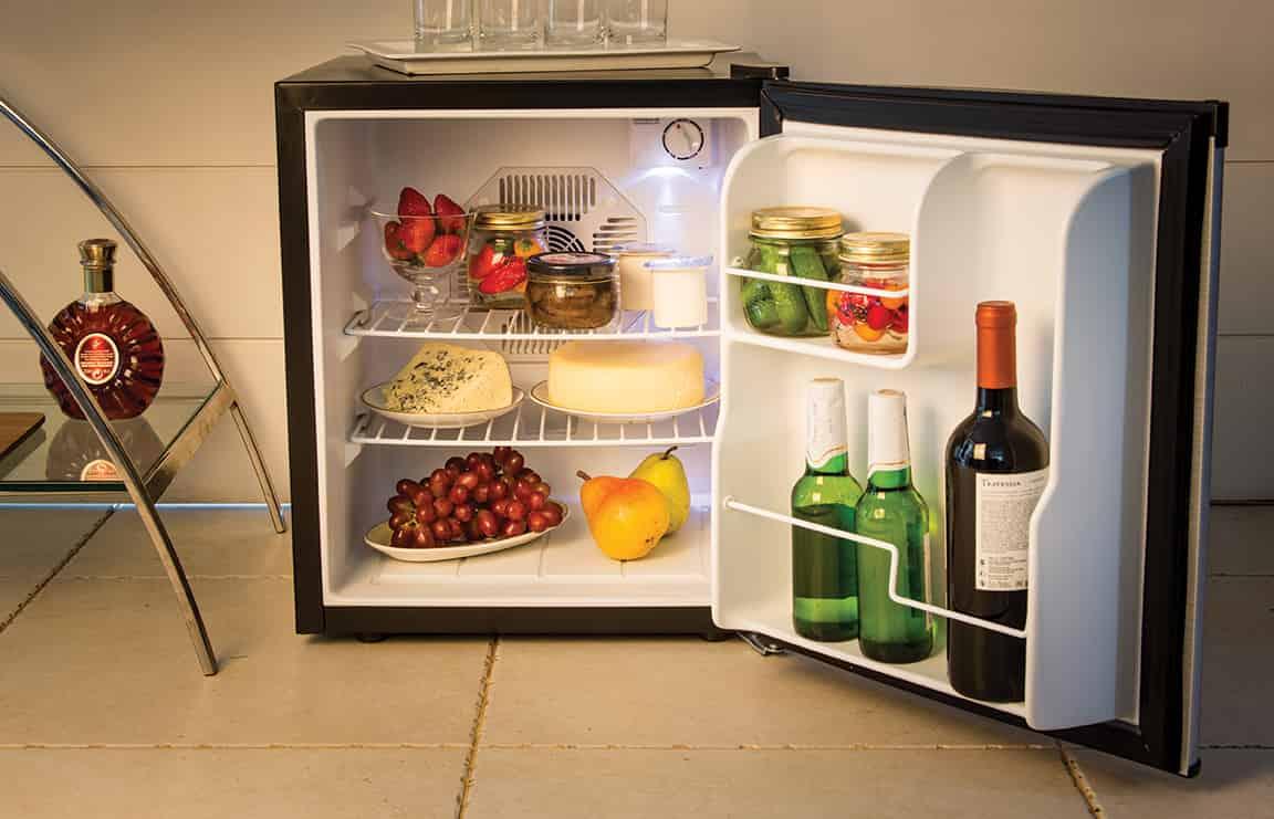 uma mini geladeira com bebidas