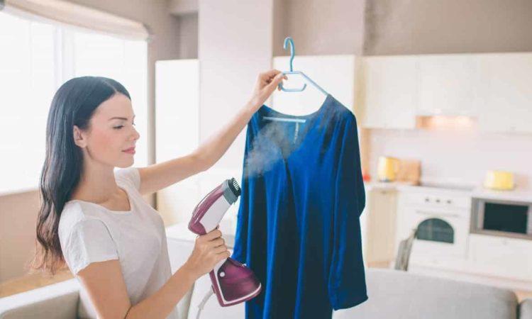 dona de casa passando roupa com vaporizador