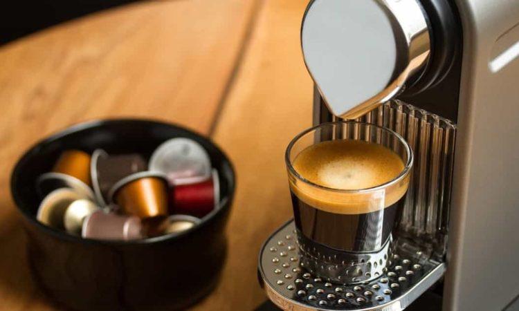 cápsulas de café e uma cafeteira