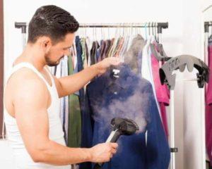 homem usando passadeira a vapor para roupas