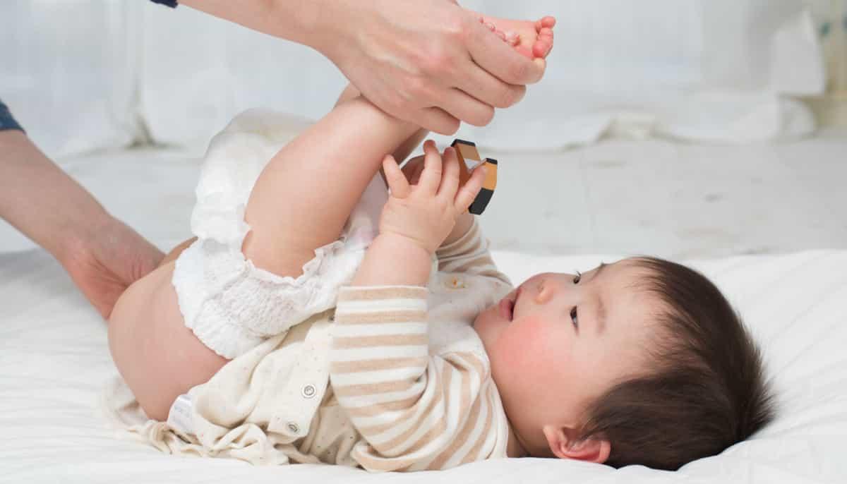 um bebê usando pomada para assadura