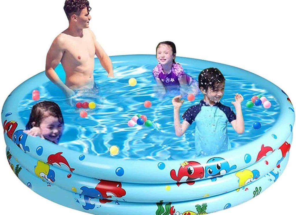 família brincando em piscina inflável redonda