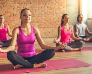 mulheres fazendo diferentes tipos de yoga