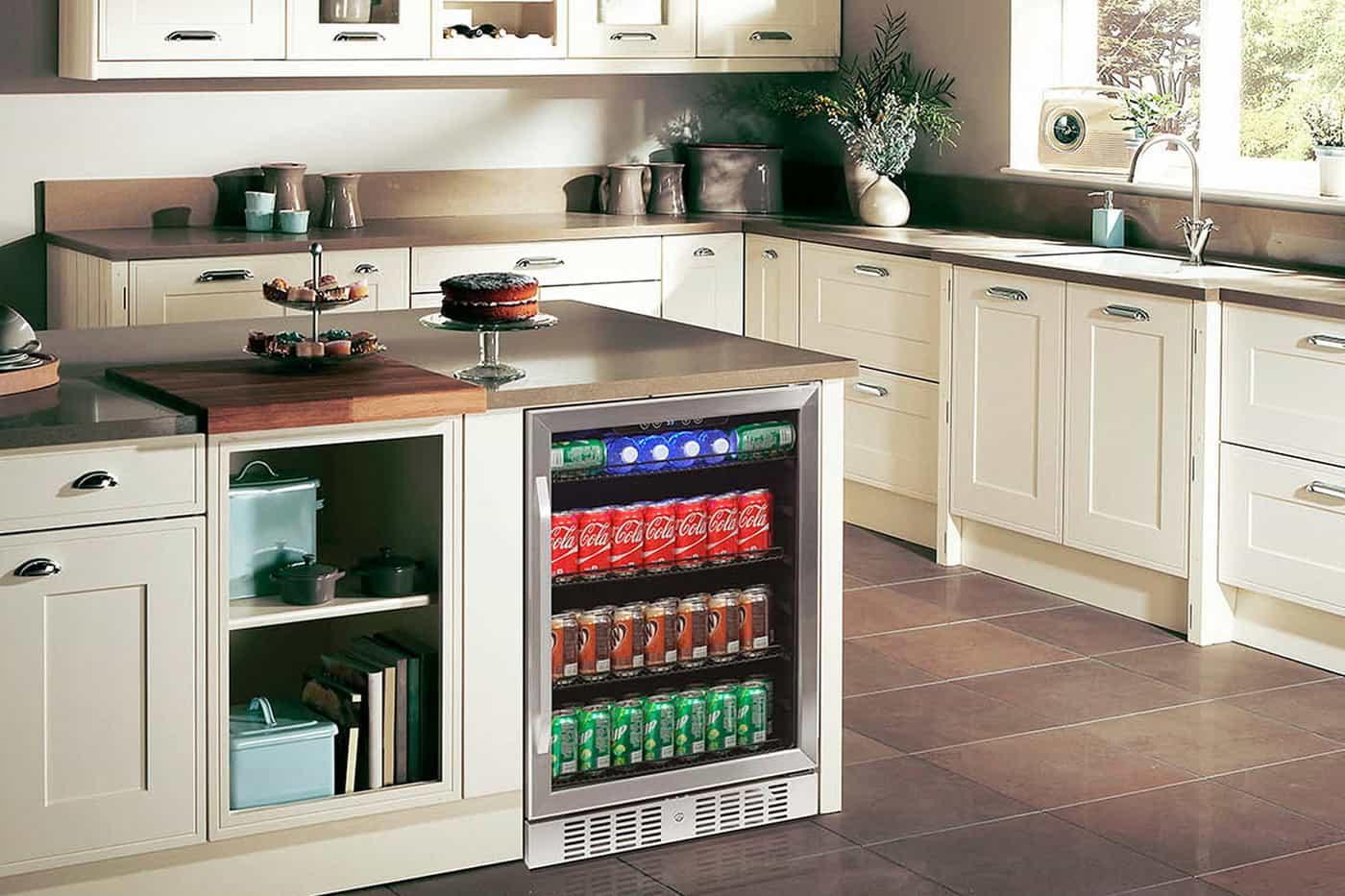 um mini bar com bebidas em cozinha