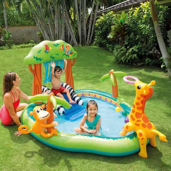 crianças brincandos em gramada em piscina