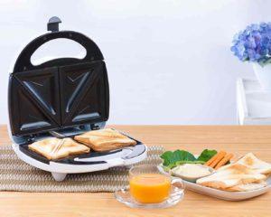 sanduicheira com prato pronto para café de manhã