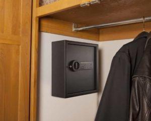 cofre digital instaldo em armário de roupa