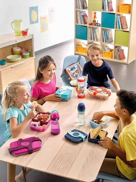 crianças na classe comendo lanches