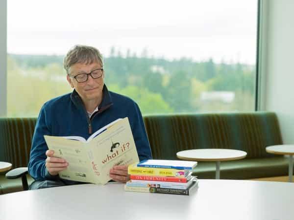 bill gate lendo livro