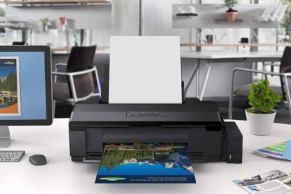 homeoffice e máquina de impressão HP na mesa