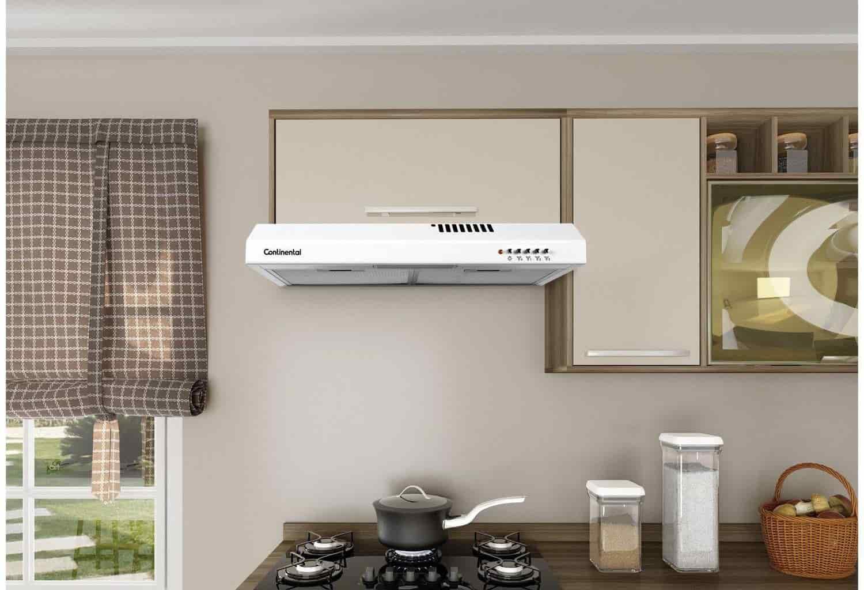 um depurador de ar em cozinha de parede acima de fogão
