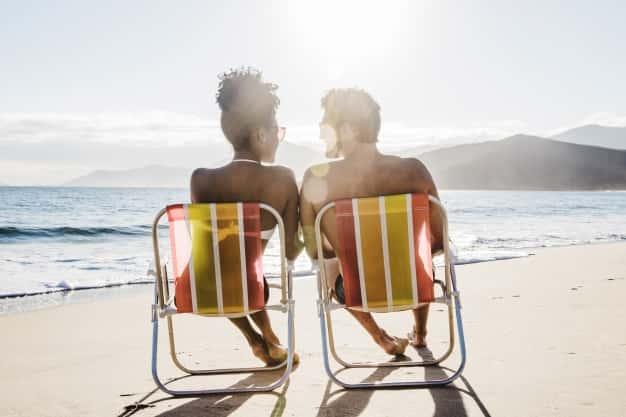 praia, sol, homem e mulher curtindo brilho do sol