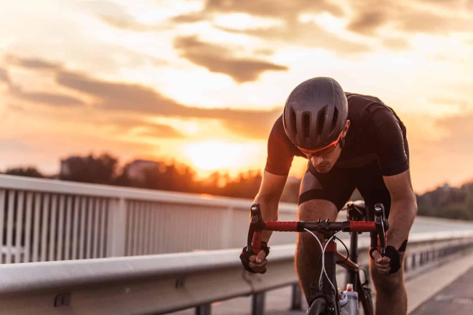 um homem andando de bicicleta com capacete de ciclismo