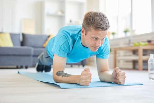 homem fazendo exercício em casa