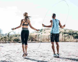 duas pessoas pulando cordas ao ar livre