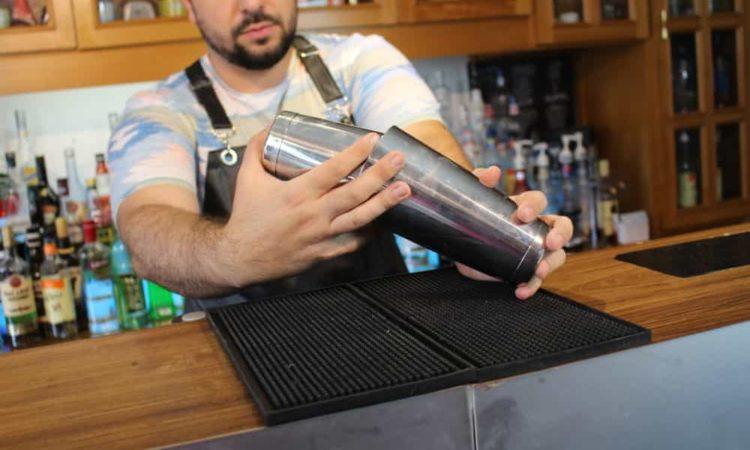 tipos de Coqueteleira, um barman misturando coquetel