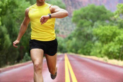 pessoa correndo com relógio para corrida no pulso