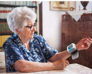 idosa medindo pressão arterial