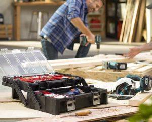 homem trabalhando com caixa de ferramentas